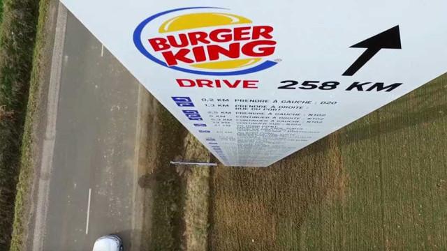 McDonald's cria placa gigante indicando o Burger King mais próximo