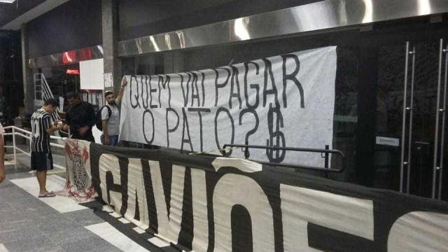 """Torcida protesta em reunião do Corinthians: """"Quem vai pagar o pato?"""""""
