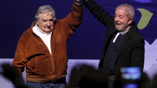 Amigo de Lula, Mujica diz que há interesses  para destruir legado petista