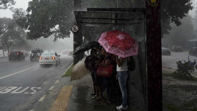 Enxurrada arrasta uma pessoa em São Paulo
