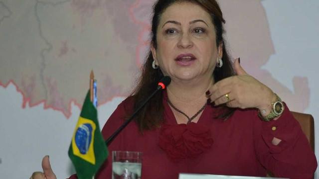 Kátia Abreu briga com internautas após ser atacada em rede social