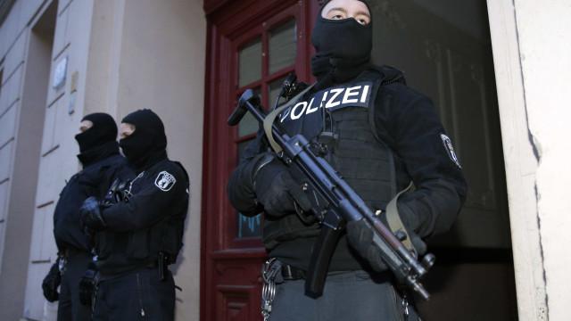 Polícia alemã prende duas pessoas suspeitas de ligações com atentados
