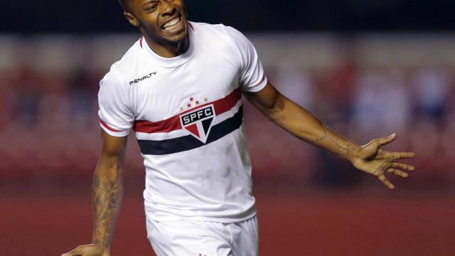 Michel Bastos volta ser alvo de torcida, mas marca e São Paulo vence