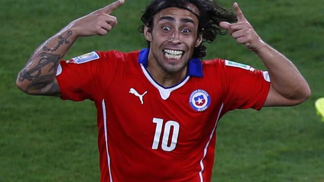 Valdivia é expulso e Denilson faz gol do título do Al Wahda