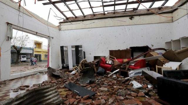 Câmeras de segurança registram destruição causada por tornado