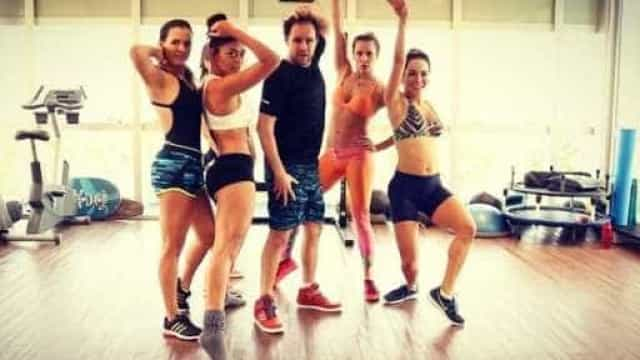 Super em forma, Deborah Secco e Juliana Paes arrasam em coreografia