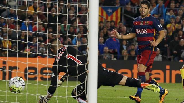 Suárez faz quatro, Barça goleia e se mantém na liderança do Espanhol
