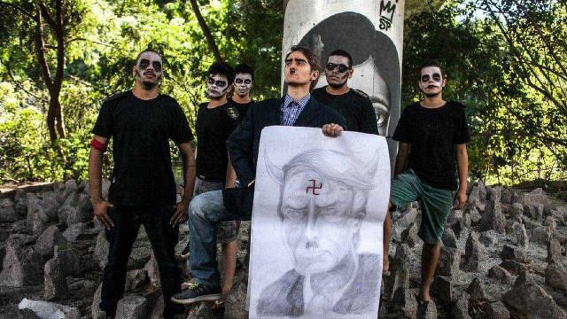 Manifestantes protestam em frente à casa de Bolsonaro no RJ