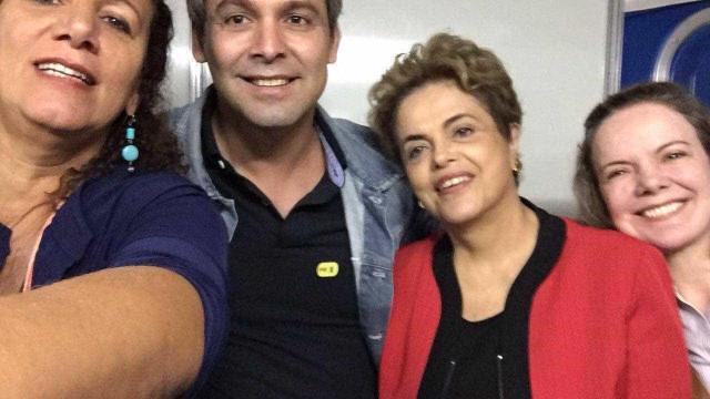 Dilma chega neste momento à manifestação no Vale do Anhangabaú