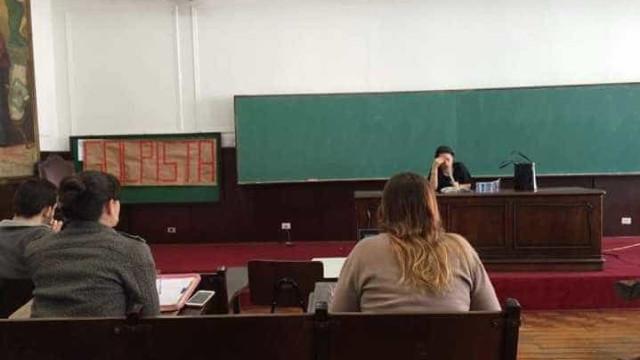 Alunos prostestam com cartaz escrito 'golpista' em aula de Janaína Paschoal