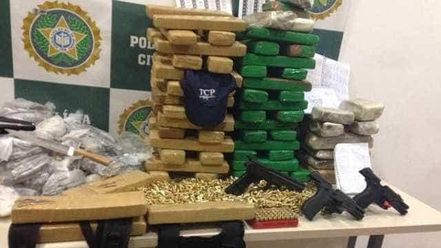 Apreensão policial no Rio tem drogas e boné personalizado por facção
