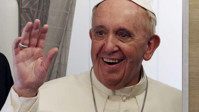 """Demissão de cardeal acusado de não denunciar pedofilia é """"contrassenso"""""""