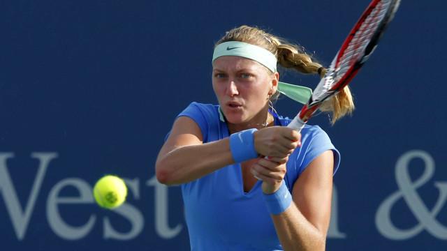 Antes da chuva, Kvitova supera susto e vence na estreia