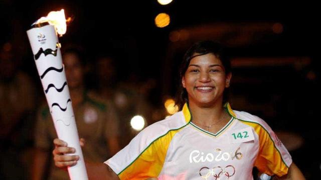 Sarah Menezes conduz tocha Olímpica sob gritos de 'bicampeã'