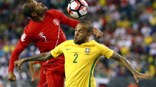 Seleção minimiza erro de arbitragem, e Daniel Alves pede mudança