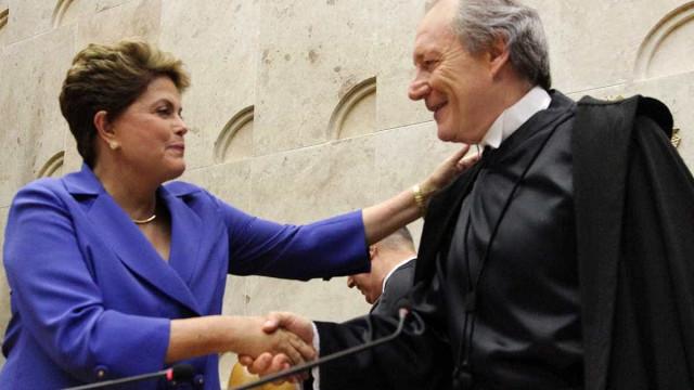 Lewandowski contraria ato da comissão  e acata pedido de Dilma