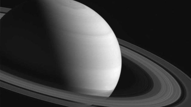 Saturno tem seu pólo norte iluminado com a chegada do verão