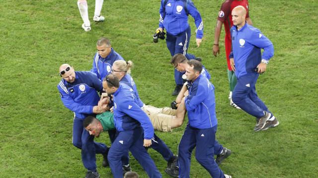 Homem invade gramado e  é preso em Portugal x Polônia