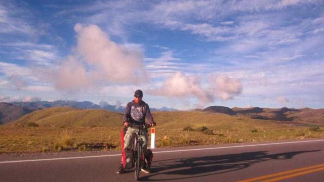 Holandês pedala por 26 países para ajudar ONG carioca