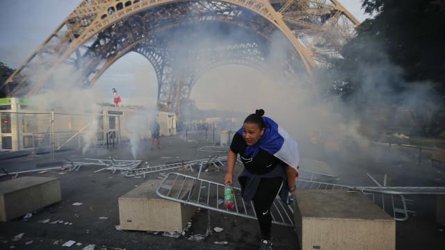 Confusão dispersa multidão na Torre Eiffel