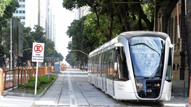 VLT vai dar queixa à polícia de pichações de dois trens novos no Rio