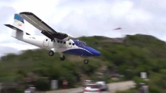 Vídeo fragra motorista quase sendo decapitado por avião no Caribe