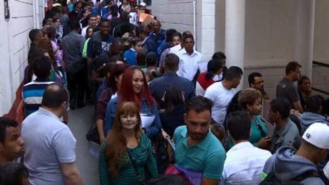 Em busca de emprego, candidatos dormem em fila em Campinas