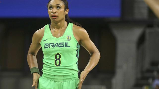 Seleção feminina de basquete leva um baile do Japão e se complica