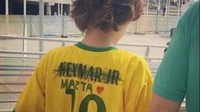 Orgulho: garoto troca nome de Neymar  pelo de Marta em camiseta