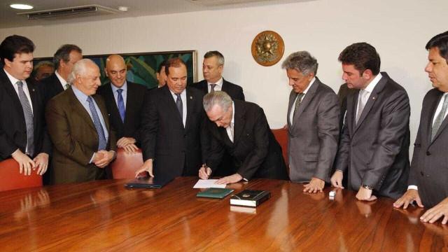 Temer assina decisão do Senado  sobre impeachment de Dilma