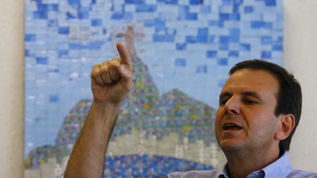 Eduardo Paes interna-se em hospital no Rio