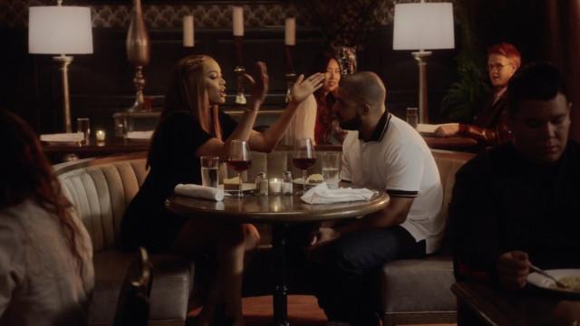 Em novo clipe, Tyra Banks briga e joga vinho em Drake