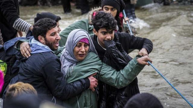 Refugiados pagam mais de R$ 5 mil para viajar debaixo de trem