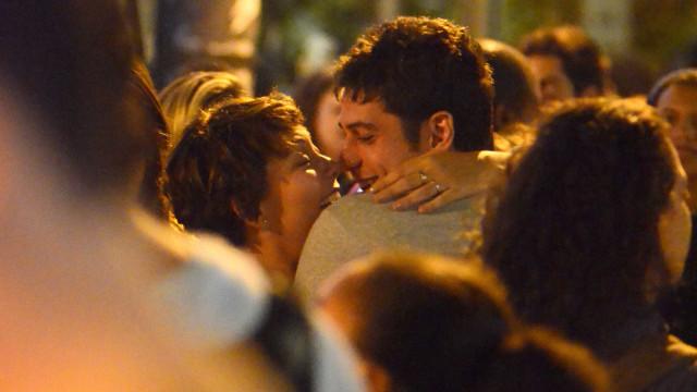 Marco Pigossi e Fabíula Nascimento  são vistos aos beijos no Rio