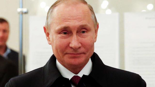 Putin e Medvedev declaram vitória nas eleições da Rússia