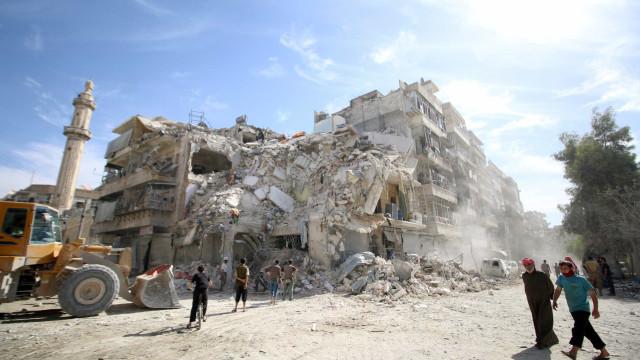 Capacetes brancos resgatam  bebê de escombros na Síria