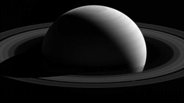 Polo Norte de Saturno mudou de  cor nos últimos anos; veja