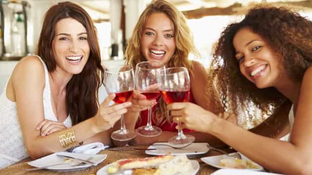 Mulheres já bebem tanto quanto  os homens, aponta estudo