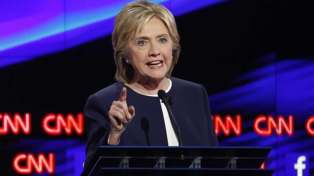 Assange: 'Clinton e EI são financiados  pelas mesmas fontes'