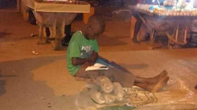 Criança tenta estudar enquanto  vende legumes e comove a web