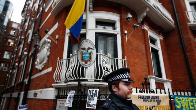 Assange é interrogado nesta segunda (14)  por acusação de estupro