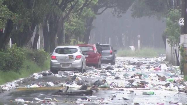 Litoral de SP tem lixo acumulado nas  ruas por débitos de cidades