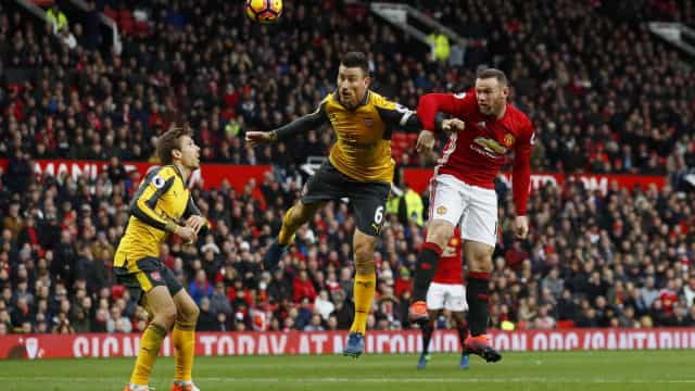 Manchester domina, mas Arsenal marca no fim empate por 1 a 1