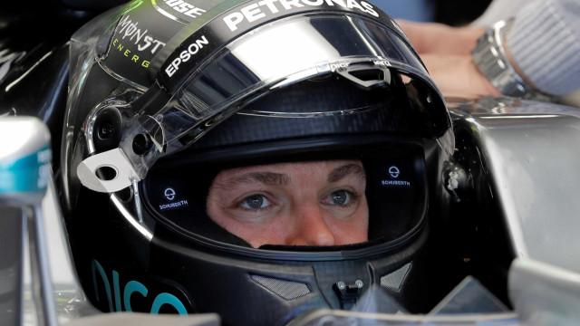 Hamilton começa final de semana decisivo na frente de Rosberg
