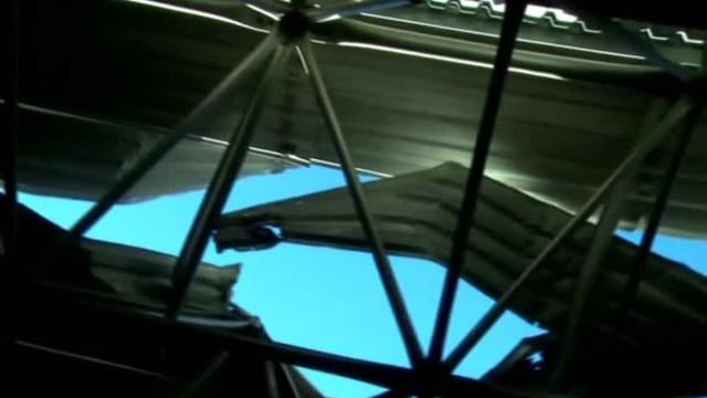 Carro despenca de viaduto e cai em telhado de terminal de ônibus em SP