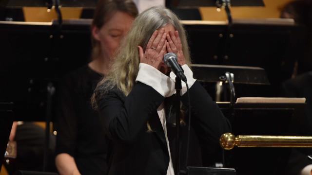 Nervosa, Patti Smith interrompe canção ao receber Nobel de Dylan