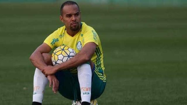 Palmeiras anuncia renovação do contrato de Alecsandro por um ano