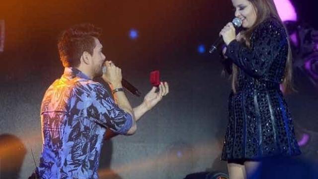 Maiara é 'pedida em casamento' por Zé Henrique durante show