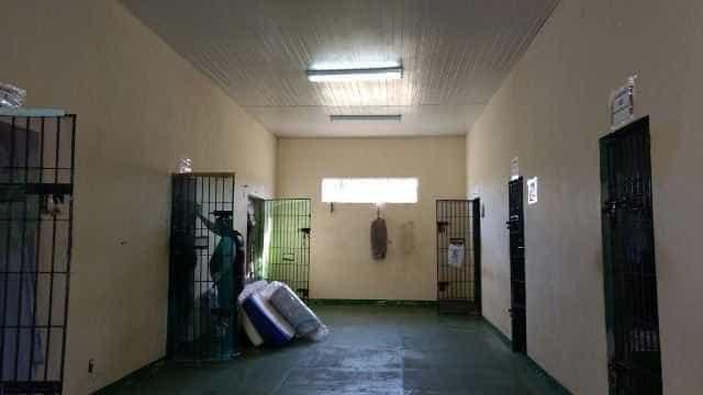 Celular é achado dentro de cela de deputado em presídio