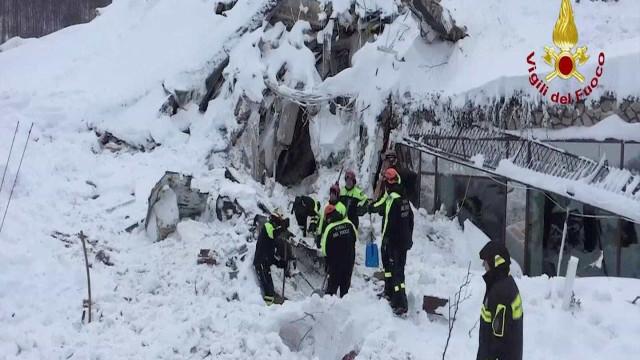 Socorristas ainda tentam  retirar vítimas de hotel na Itália